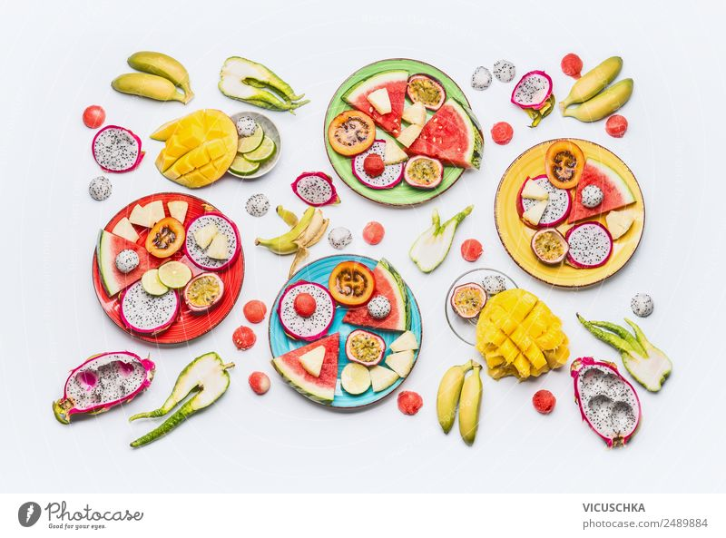 Verschiedene geschnittene tropische Obst und Früchte Lebensmittel Frucht Apfel Orange Ernährung Frühstück Bioprodukte Vegetarische Ernährung Diät Teller kaufen