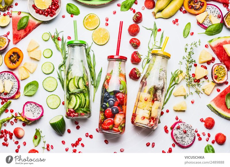 Wasser mit Geschmack zu versetzen, Flaschen mit Zutaten Lebensmittel Frucht Apfel Orange Bioprodukte Vegetarische Ernährung Diät Getränk Erfrischungsgetränk