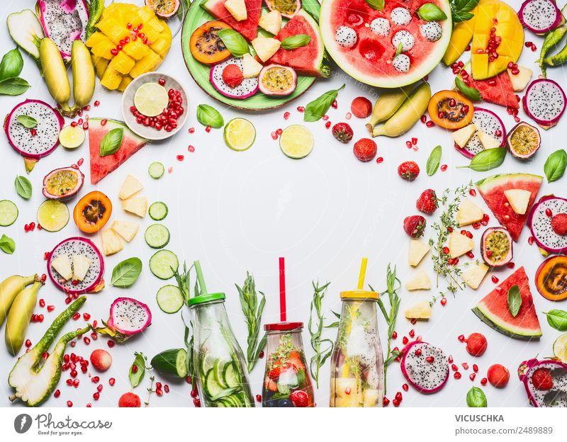 Obst, Beeren und Getränke Rahmen Lebensmittel Frucht Apfel Orange Ernährung Frühstück Bioprodukte Vegetarische Ernährung Diät Trinkwasser Limonade Saft Teller