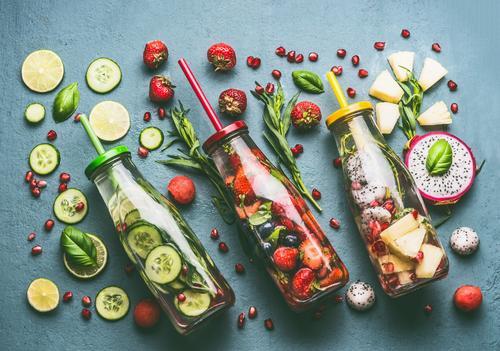 Bunte Infused Water Flaschen Lebensmittel Gemüse Frucht Apfel Orange Kräuter & Gewürze Ernährung Bioprodukte Vegetarische Ernährung Diät Getränk