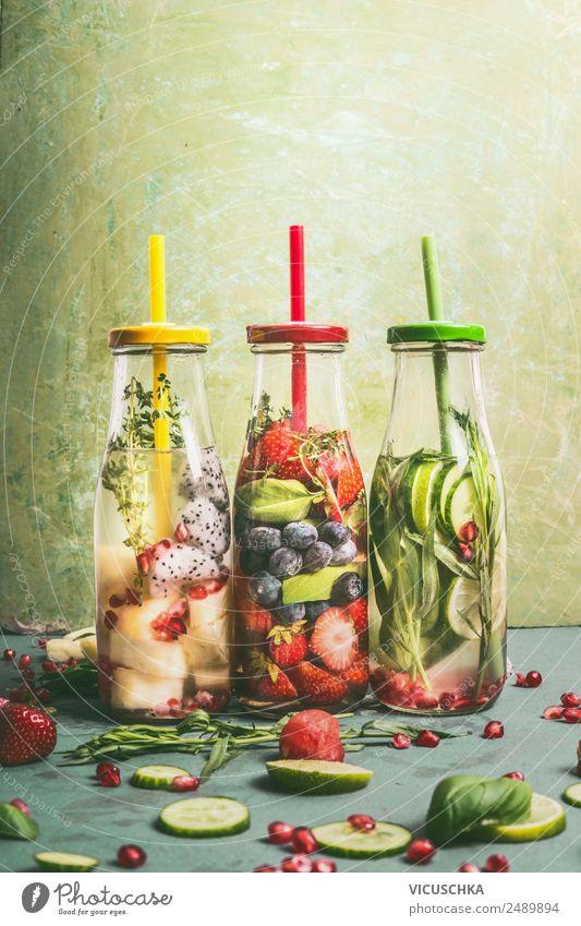 Wasser mit Geschmack zu versetzen. Infused Wasser Lebensmittel Frucht Apfel Orange Ernährung Bioprodukte Vegetarische Ernährung Diät Getränk Erfrischungsgetränk