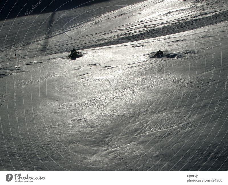 Eisglanz Winter Berge u. Gebirge Schnee Skipiste Skifahren Schneedecke Schwarzweißfoto Textfreiraum unten