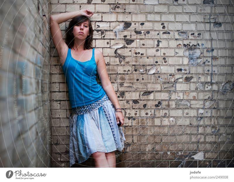 Überheblichkeit Mensch Jugendliche blau Erwachsene feminin Wand warten kaputt stehen Ecke 18-30 Jahre türkis Junge Frau Textfreiraum links Hochmut abstützen