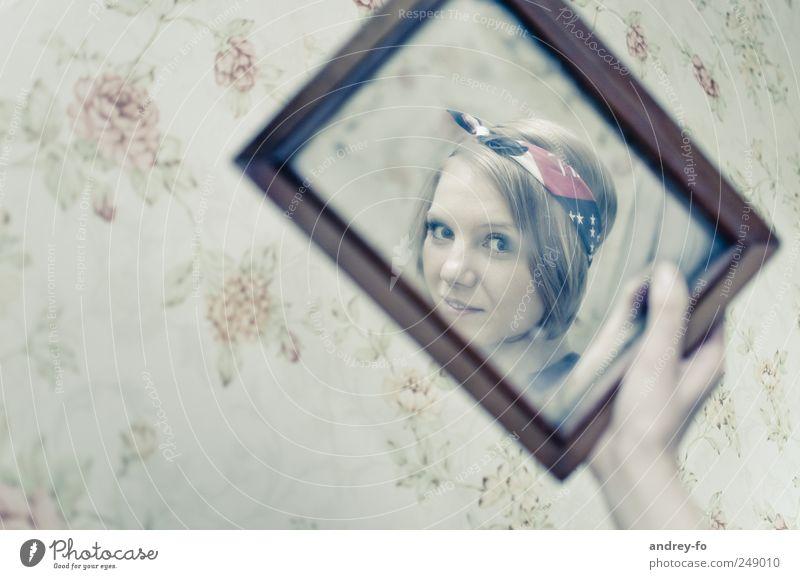 Selbstporträt feminin Junge Frau Jugendliche Erwachsene Kopf 1 Mensch 18-30 Jahre Schnur Kopftuch brünett kurzhaarig Spiegel Lächeln Blick Fröhlichkeit