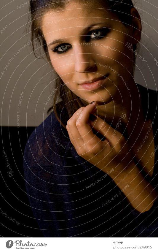 herausfordernd feminin Junge Frau Jugendliche 1 Mensch 18-30 Jahre Erwachsene schön einzigartig Hand Lächeln Kajal selbstbewußt direkt frontal Gesicht Schminke