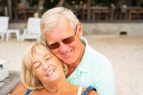 Ältere Paare sitzen zusammen am Strand. Lifestyle Freude Glück ruhig Freizeit & Hobby Ferien & Urlaub & Reisen Sommer Sonne Meer Mensch Frau Erwachsene Mann