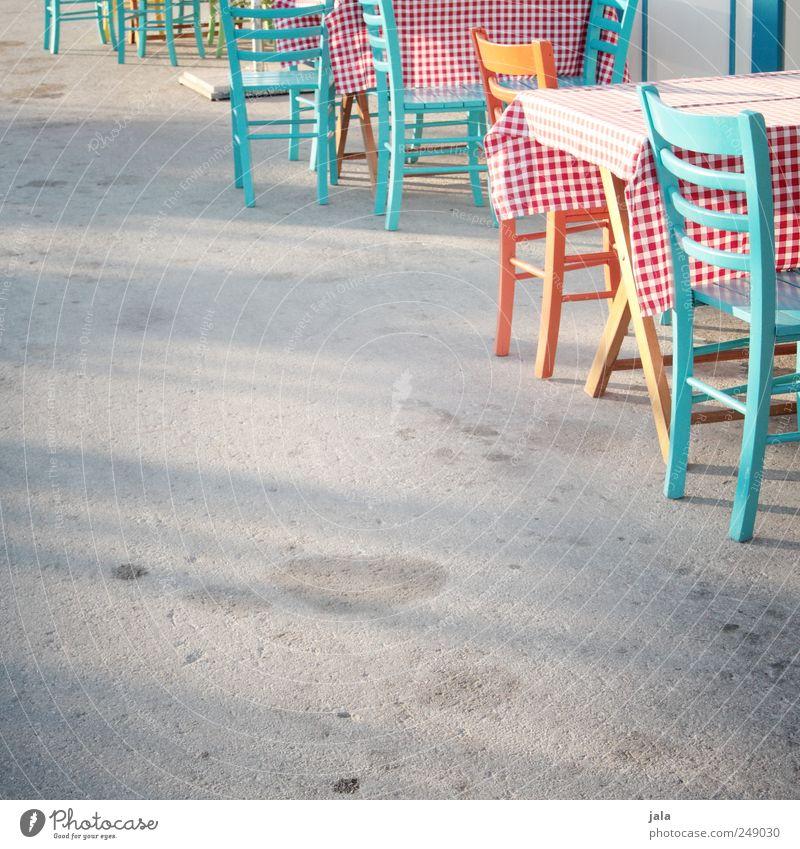 zu gast in bitanien Stuhl Tisch Restaurant Platz ästhetisch schön Kitsch mehrfarbig kariert Farbfoto Außenaufnahme Menschenleer Textfreiraum links