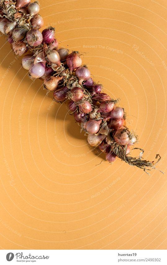 Blumenstrauß aus frischen roten Zwiebeln Lebensmittel Gemüse Vegetarische Ernährung Diät Gesunde Ernährung Tisch natürlich grün Entzug Hintergrund