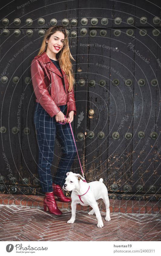 Schönes blondes Mädchen schön Mensch feminin Junge Frau Jugendliche Erwachsene Freundschaft 1 18-30 Jahre Mode Tier Haustier Hund Lächeln Liebe Umarmen niedlich
