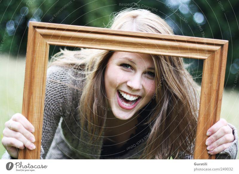 eingerahmt. Spielen feminin Junge Frau Jugendliche Freundschaft Leben Kopf Gesicht 1 Mensch 18-30 Jahre Erwachsene Kunst Bilderrahmen entdecken lachen Blick