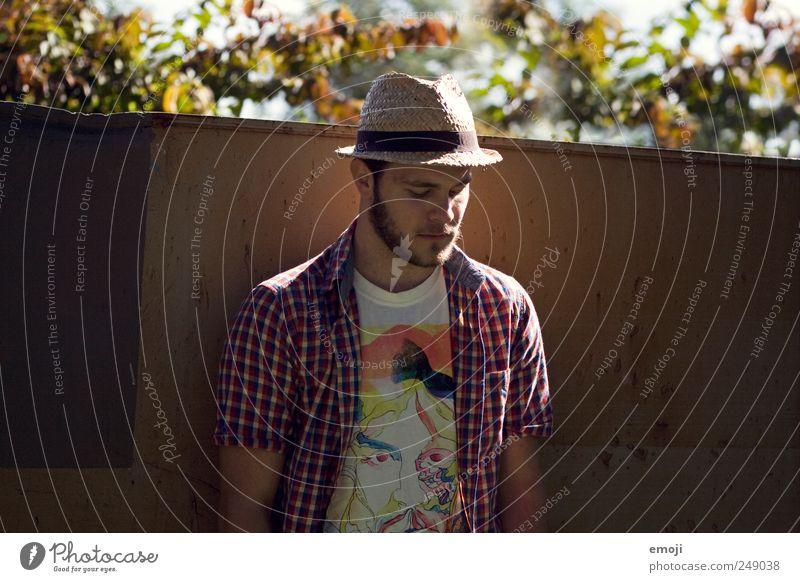 man down maskulin Junger Mann Jugendliche 1 Mensch 18-30 Jahre Erwachsene Hut Bart Dreitagebart Coolness nachdenklich Sommer anlehnen Farbfoto Außenaufnahme