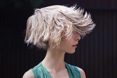 Kurioses | Verrückter Sommer-Haartrend Mädchen Junge Frau Jugendliche Leben 1 Mensch 13-18 Jahre Haare & Frisuren blond kurzhaarig Perücke rebellisch Coolness