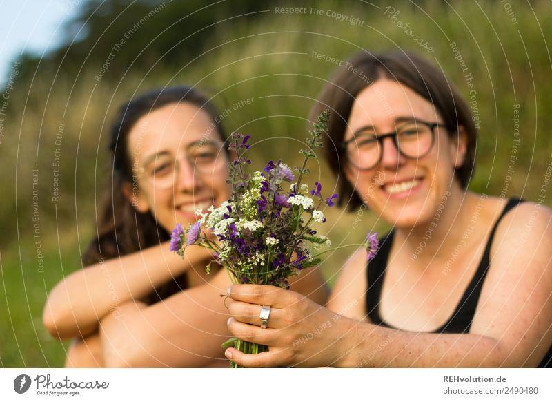 zwei schwestern auf der wiese mit blumenstrauss Lifestyle Gesundheit harmonisch Wohlgefühl Zufriedenheit Erholung ruhig Freizeit & Hobby Mensch feminin
