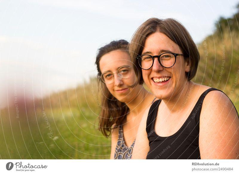 zwei schwestern auf der wiese Lifestyle harmonisch Wohlgefühl Zufriedenheit Freizeit & Hobby Ausflug Mensch feminin Geschwister Schwester