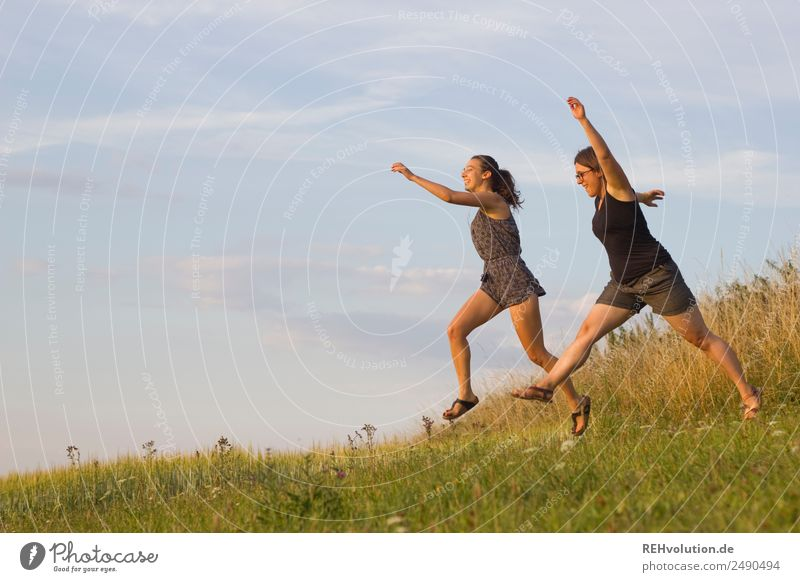 2 junge Frauen springen über die Wiese Mensch Himmel Natur Jugendliche Junge Frau Sommer Landschaft Gesundheit 18-30 Jahre Lifestyle Erwachsene Umwelt natürlich