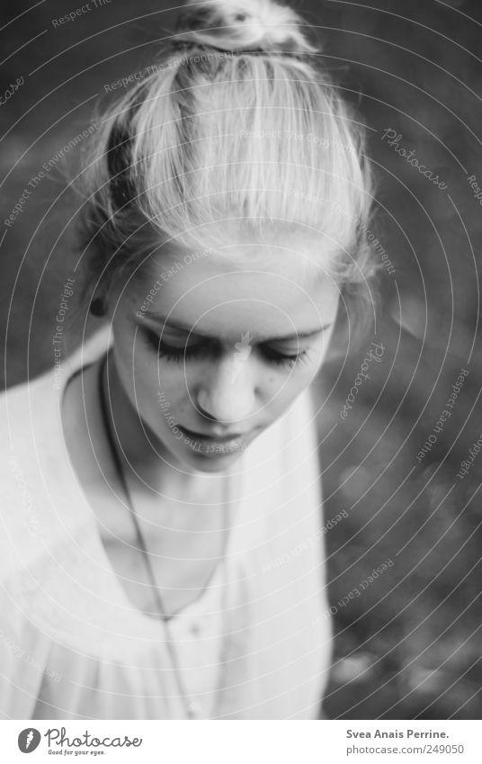 Das Gerede der Welt scheint banal. Mensch Jugendliche schön Erwachsene Gesicht feminin Kopf Haare & Frisuren Traurigkeit einzigartig Trauer nachdenklich 18-30 Jahre beobachten zart Junge Frau