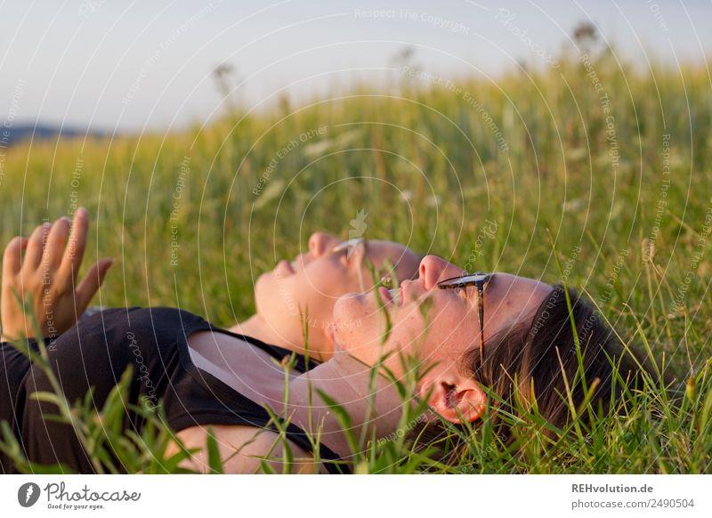2 junge Frauen liegen auf der Wiese Mensch Natur Jugendliche Junge Frau Sommer Landschaft Erholung ruhig 18-30 Jahre Lifestyle Erwachsene Leben Umwelt feminin
