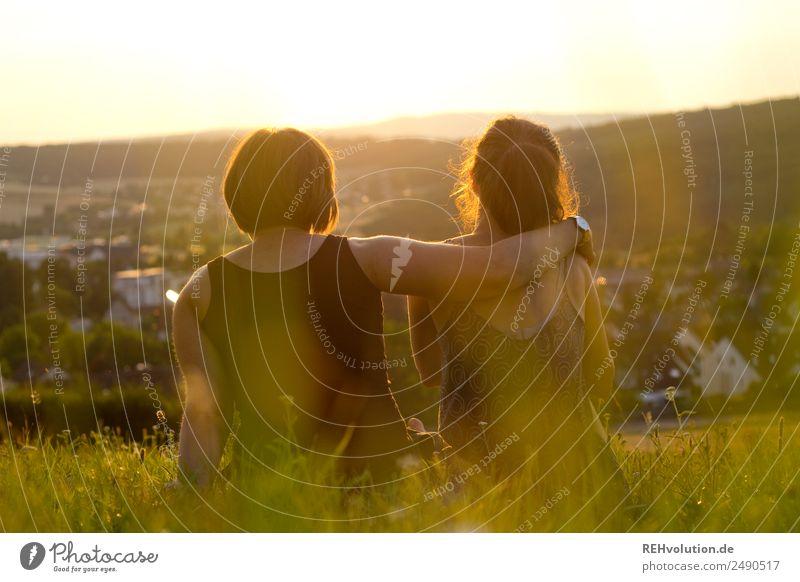 2 junge Frauen sitzen auf der Wiese und sehen in die Ferne Freizeit & Hobby Freiheit Sommer Mensch Erwachsene Geschwister Schwester Freundschaft Paar