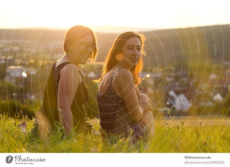 Zwei Frauen sitzen auf einer Wiese bei Abendlicht Mensch Natur Jugendliche Junge Frau Sommer Erholung 18-30 Jahre Erwachsene Lifestyle Umwelt natürlich Gras