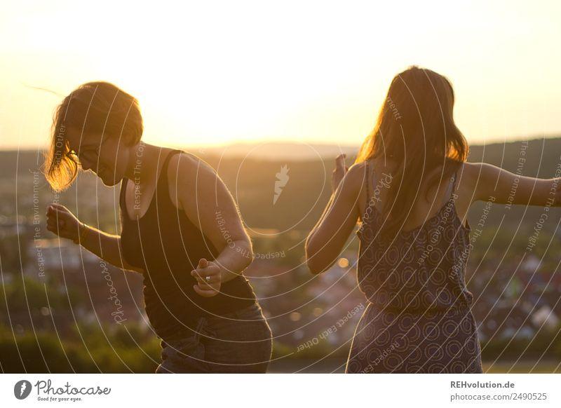 2 junge Frauen tanzen in der Sonne Mensch Himmel Natur Jugendliche Junge Frau Sommer Freude 18-30 Jahre Lifestyle Erwachsene Umwelt natürlich feminin Bewegung