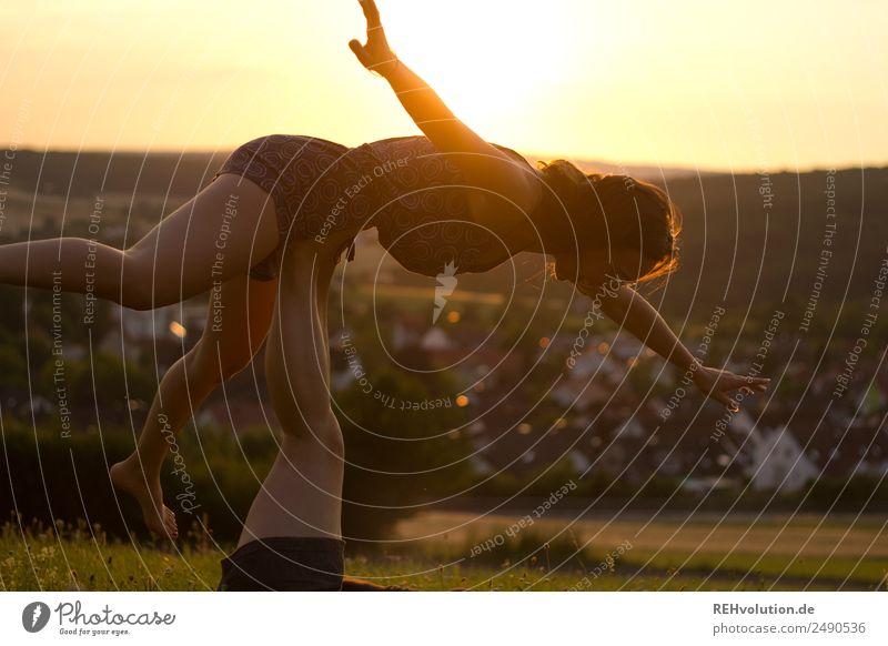 Zwei Schwestern turnen bei Sonnenuntergang Mensch Natur Jugendliche Junge Frau Sommer Landschaft Freude 18-30 Jahre Lifestyle Gesundheit Erwachsene Leben Umwelt