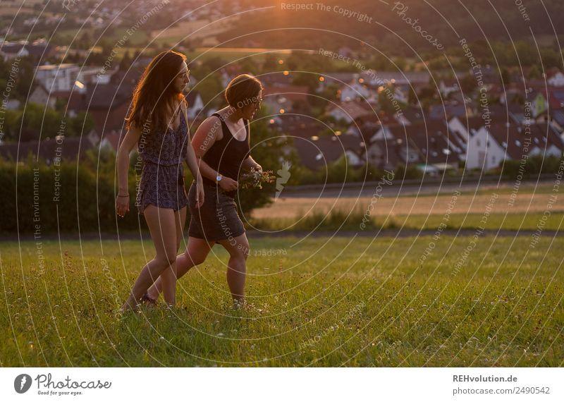 2 frauen spazieren durch die Wiese Lifestyle Freizeit & Hobby Sommer Sonne Mensch Junge Frau Jugendliche Erwachsene 18-30 Jahre Umwelt Natur Landschaft Feld