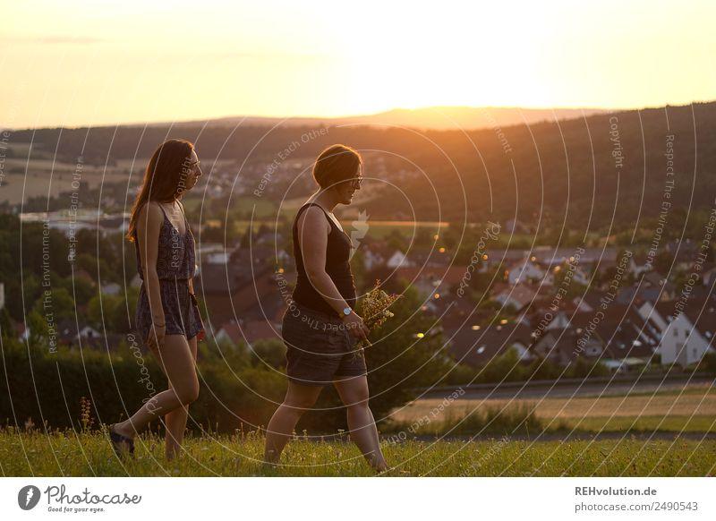 2 Frauen spazieren im Abendlicht Mensch Natur Jugendliche Junge Frau Sommer Sonne Landschaft Freude 18-30 Jahre Erwachsene Umwelt natürlich feminin Bewegung