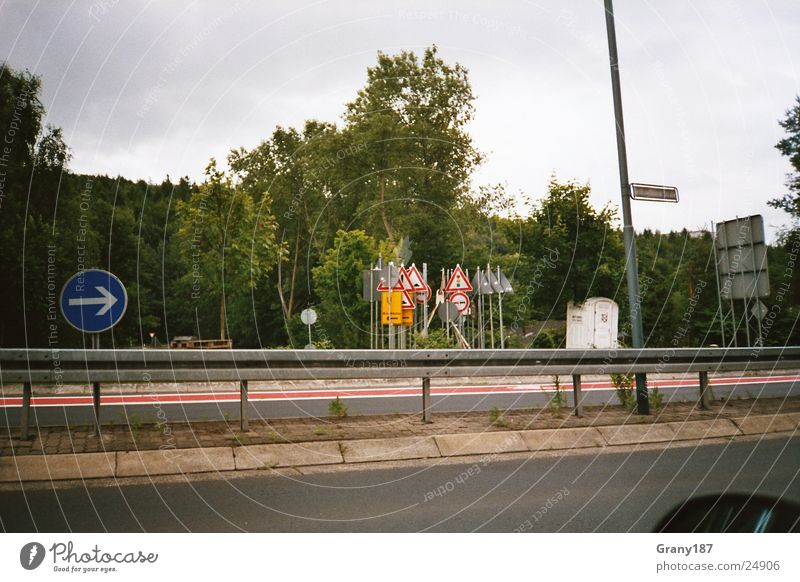 Schilderwald Natur Baum grün Ferien & Urlaub & Reisen Stil Schilder & Markierungen groß Verkehr Autobahn Plakat Leitplanke Werbefachmann