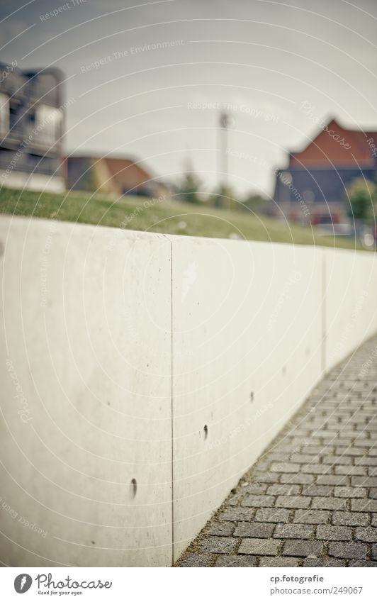 der Nase nach Stadt Haus Mauer Beton Schönes Wetter Pflastersteine Mast Pflasterweg Kiesbett