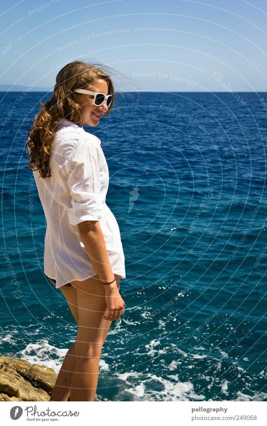Urlaubsflirt? Frau Mensch Jugendliche Wasser blau schön Ferien & Urlaub & Reisen Meer Sommer Erwachsene Ferne feminin Leben Freiheit Glück Wellen