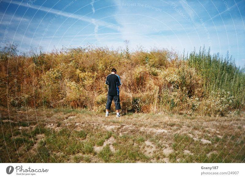 Bedürfnisse urinieren Pause Mann Stil Werbefachmann Plakat Panorama (Aussicht) Ferien & Urlaub & Reisen Gras Wolken Pinkelpause Natur Himmel Mensch Werbemittel