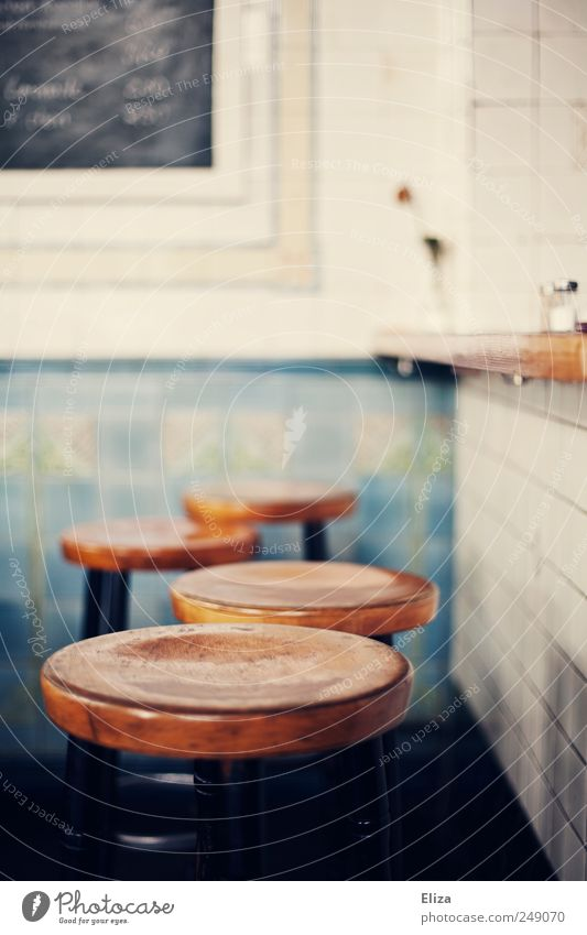 Vier gewinnt weiß hell sitzen Schriftzeichen rund Bar Fliesen u. Kacheln Tafel Theke graphisch Speisekarte Hocker
