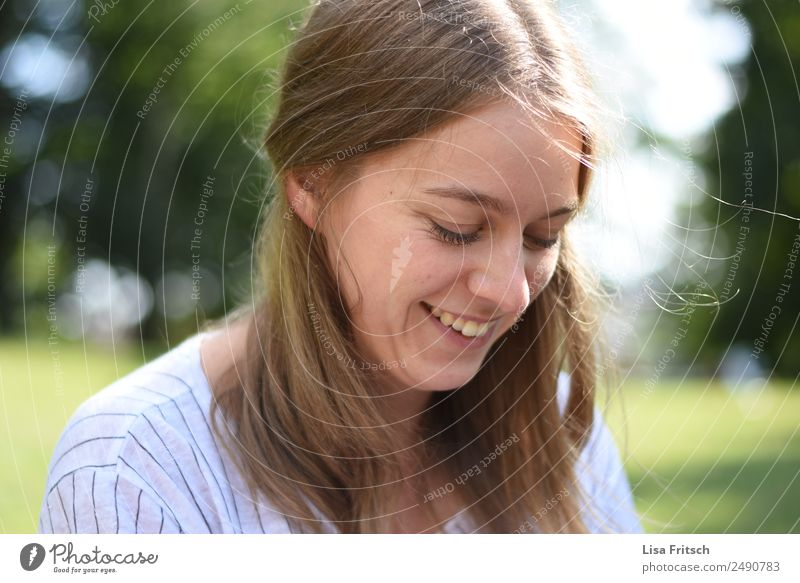 lächeln, Blick nach unten, im Grünen Mensch Natur Ferien & Urlaub & Reisen Jugendliche Junge Frau Sommer Freude 18-30 Jahre Erwachsene Leben Frühling natürlich
