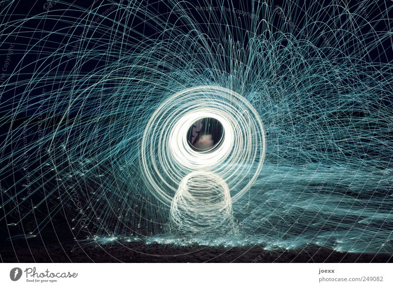 Lichtmaschine drehen glänzend schwarz weiß Funkenflug Farbfoto Gedeckte Farben Außenaufnahme Experiment Nacht Kunstlicht Reflexion & Spiegelung