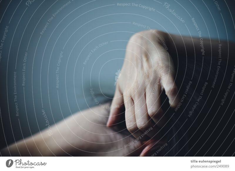 . Mensch Frau blau Hand Einsamkeit Erwachsene dunkel verstecken Scham schwarzhaarig Unlust kratzen Nacken Gefühle Hemmung