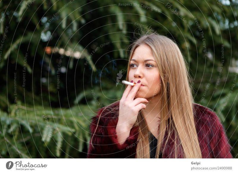 Hübsches blondes Mädchen mit langen Haaren, das raucht. Lifestyle elegant Stil Freude Glück schön Gesicht Schminke Mensch Frau Erwachsene Natur Gras Park Mode