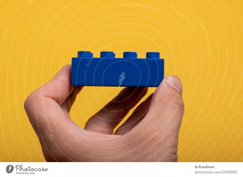 blauer Baustein Baustelle Mann Erwachsene Hand Finger Spielzeug Kunststoff berühren festhalten gelb Freude Business Freizeit & Hobby Genauigkeit bauen einzeln