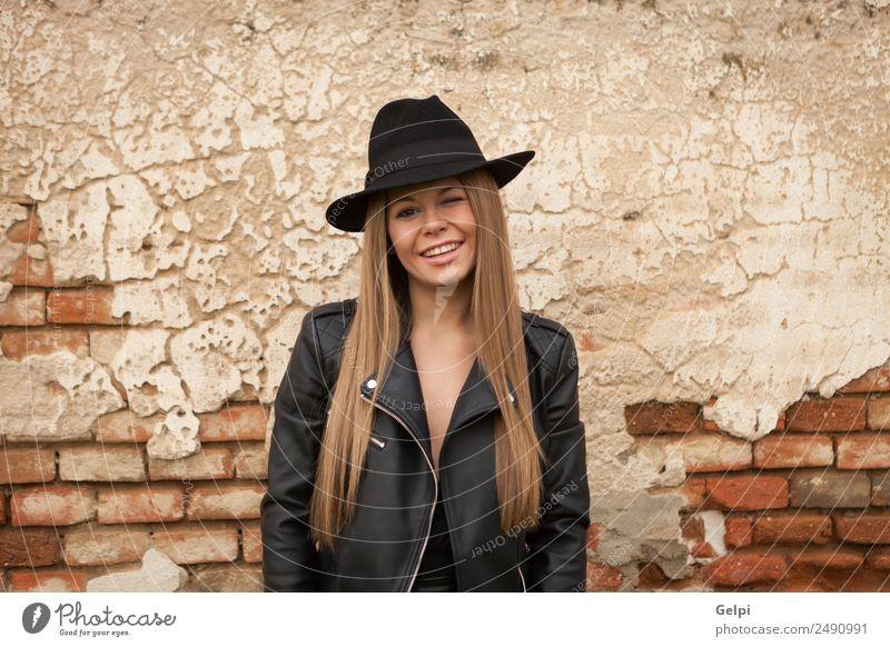 Attraktives Mädchen Lifestyle Stil Freude Glück schön Gesicht Schminke Mensch Frau Erwachsene Natur Park Straße Mode Bekleidung Hut blond Lächeln Erotik