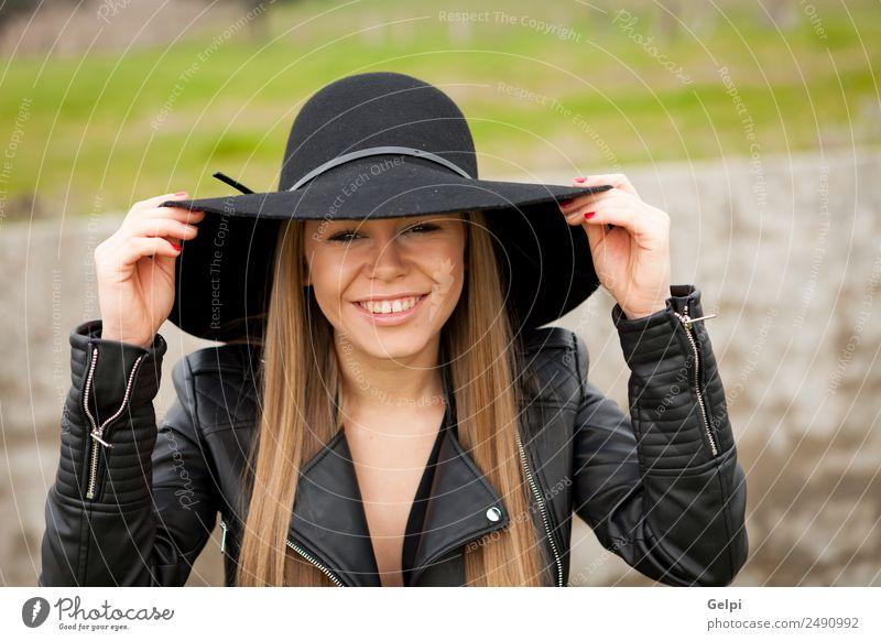 Attraktives Mädchen Lifestyle Stil Freude Glück schön Gesicht Mensch Frau Erwachsene Natur Landschaft Gras Mode Bekleidung Hut blond Lächeln Erotik niedlich