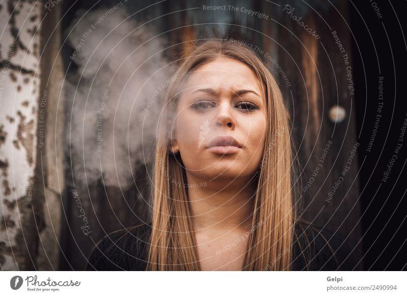 Attraktive junge Blondine Lifestyle Stil Glück schön Gesicht Frau Erwachsene Mode blond Holz alt trendy lang natürlich schwarz weiß Mädchen Rauch Sucht