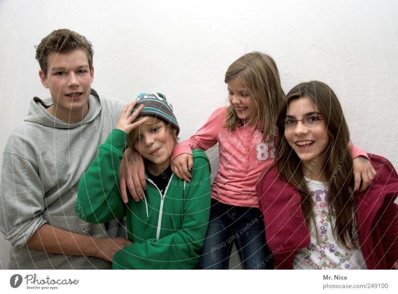 kinder an die macht ! Mensch Jugendliche Mädchen Freude Junge Haare & Frisuren Glück lachen Familie & Verwandtschaft Kindheit Zufriedenheit Zusammensein warten Coolness Brille einzigartig