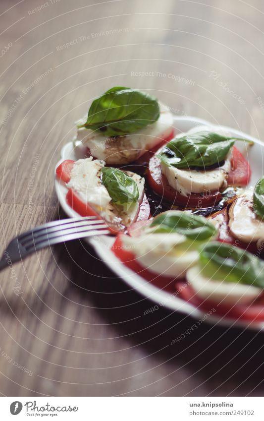 pausensnack Holz Gesundheit natürlich Lebensmittel Ernährung Tisch gut Kräuter & Gewürze Gemüse lecker Teller Tomate Mittagessen Käse Besteck Gabel