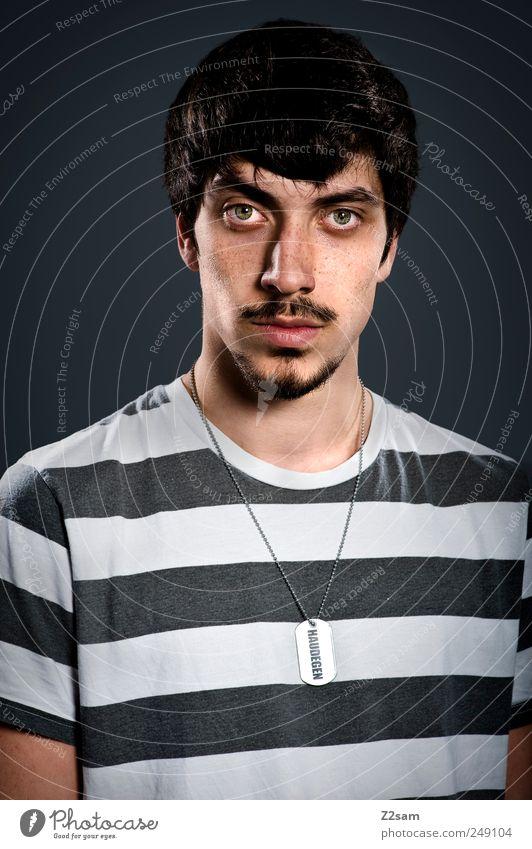Haudegen Mensch Jugendliche Gesicht Erwachsene Kraft Coolness Streifen T-Shirt authentisch einzigartig Mut Schmuck stark trashig Gesichtsausdruck 18-30 Jahre