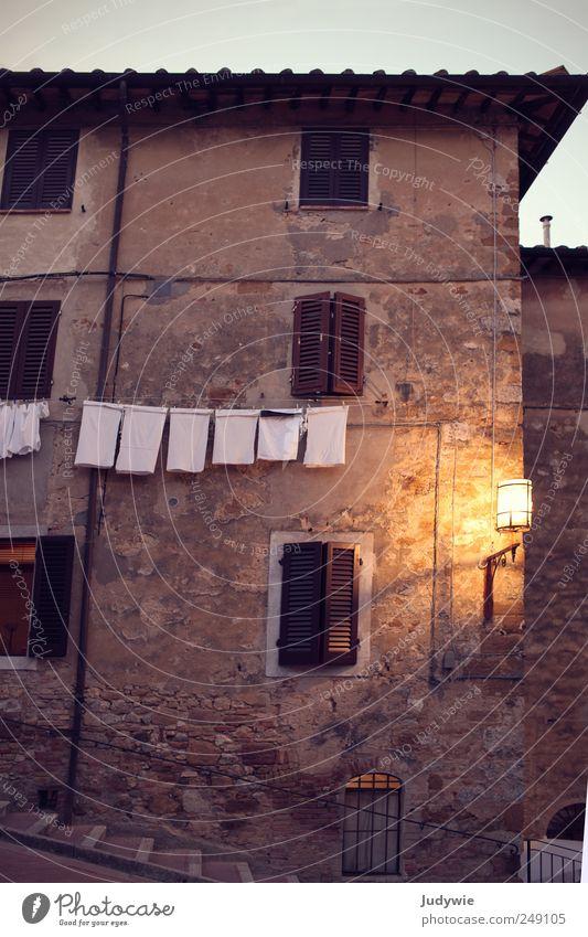 Am Ende eines Tages Ferien & Urlaub & Reisen Städtereise Sommer Häusliches Leben Wohnung Haus Altstadt Gebäude Architektur Fassade Fenster Lampe Licht Wäsche