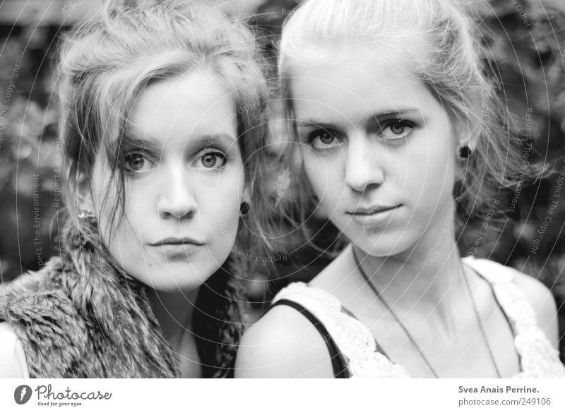 zwei. feminin Junge Frau Jugendliche Haare & Frisuren Gesicht 2 Mensch 18-30 Jahre Erwachsene brünett blond Dutt schön Schwarzweißfoto Außenaufnahme Porträt
