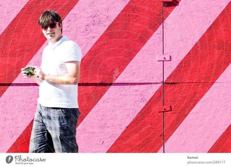 One man and his camera Mensch Mann Jugendliche weiß Hand rot Freude Erwachsene Leben Wand Haare & Frisuren Mauer Kopf 18-30 Jahre Arme Freizeit & Hobby