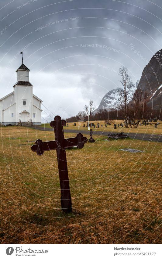 Altes Eisenkreuz auf einem nordischen Friedhof Landschaft Gewitterwolken Herbst Winter Klima schlechtes Wetter Regen Wiese Berge u. Gebirge Dorf Fischerdorf