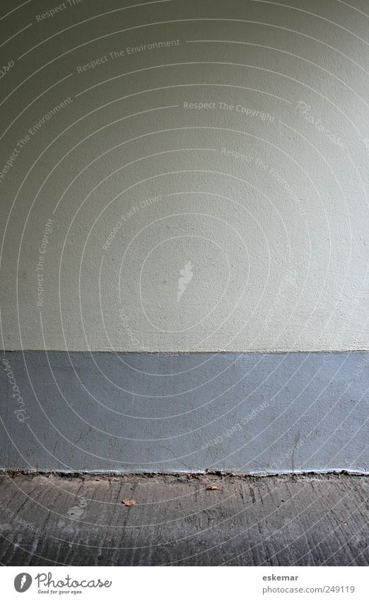 Wand Menschenleer Haus Bauwerk Gebäude Mauer Fassade Boden Bodenbelag einfach grau weiß Hintergrund Gedeckte Farben Außenaufnahme Textfreiraum links