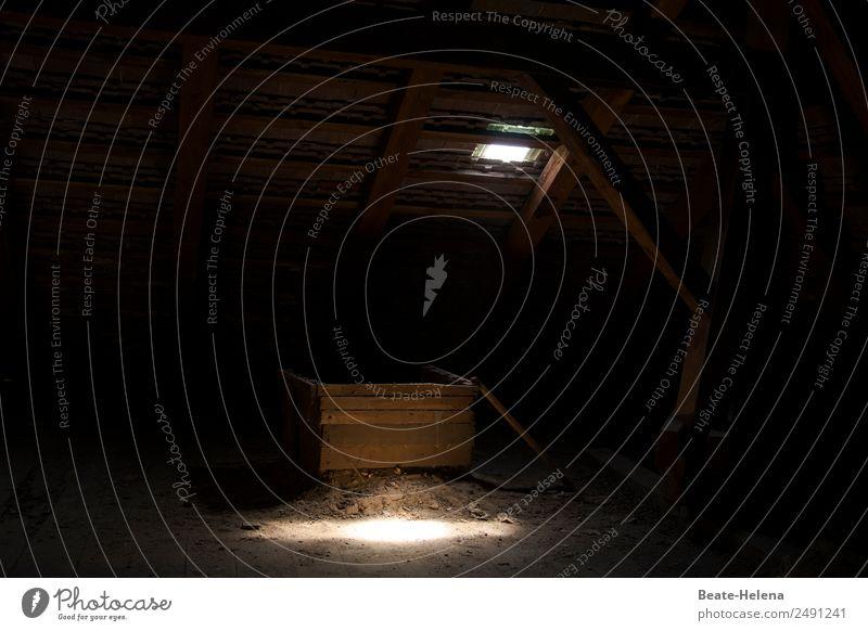 verlassen   Dunkles Versteck Dachboden Kasten dunkel gruselig trist braun schwarz Angst Platzangst Zukunftsangst Vergangenheit Vergänglichkeit Irritation