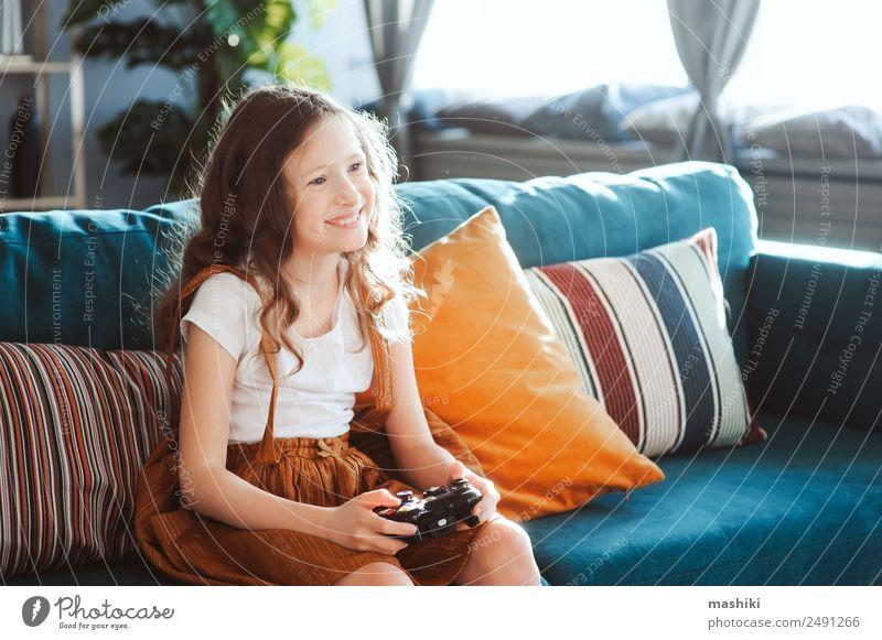 glückliches Kind beim Spielen von Videospielen mit Gamepad zu Hause Lifestyle Freude Freizeit & Hobby Wohnung Entertainment Erfolg Schulkind Computer
